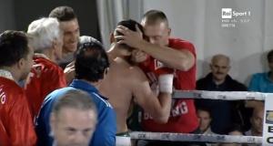Andrea Del Seppia a bordo ring, sulla sinistra, dopo la vittoria del titolo